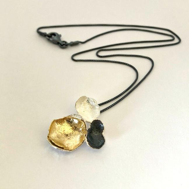 Gabrielle - Snyggt silverhalsband i silver, svart och guld