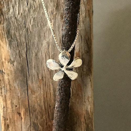 Silver flower - halsband med en blomma