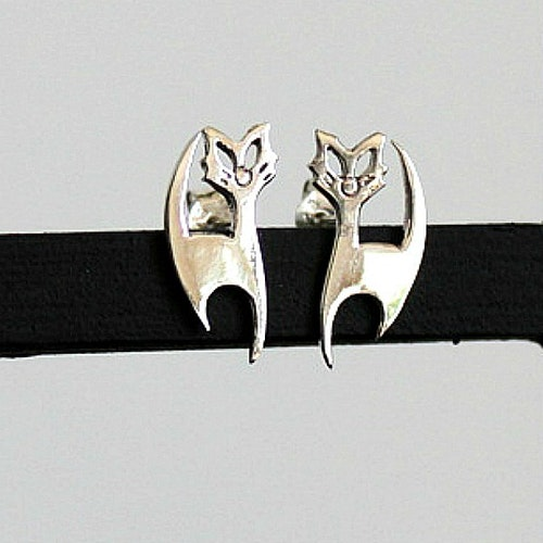 Stilistiska kattörhängen i silver
