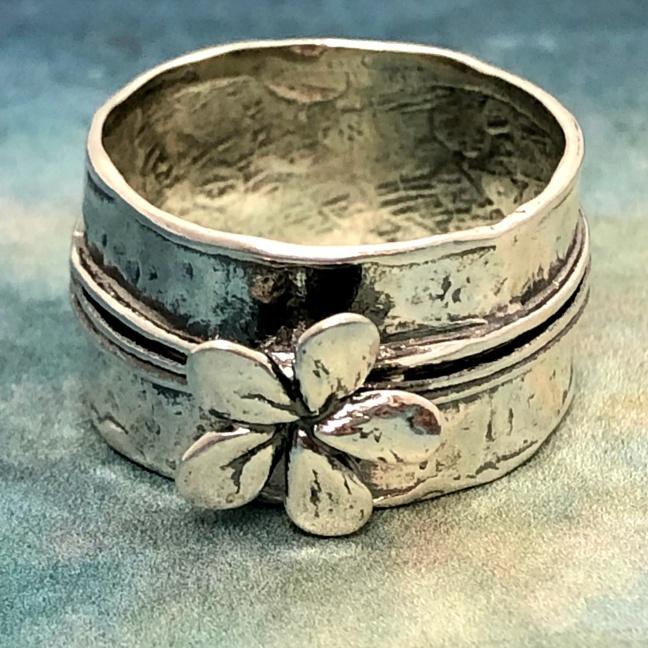 Silver flower - Vacker ring i rå framtoning