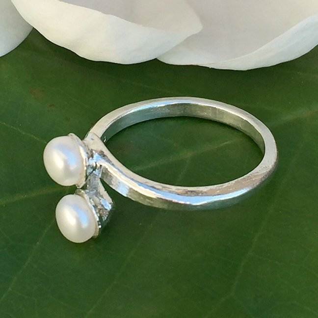 Chantelle - Vacker silverring med vita sötvattenpärlor
