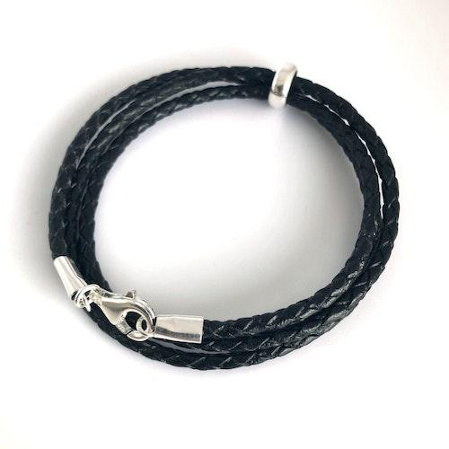 3 mm, tredubbelt flätat svart armband med silverdelar