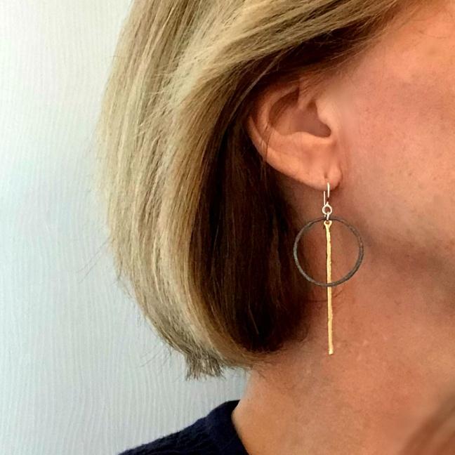 Elaine - Mycket snygga örhängen i guld, svart och silver