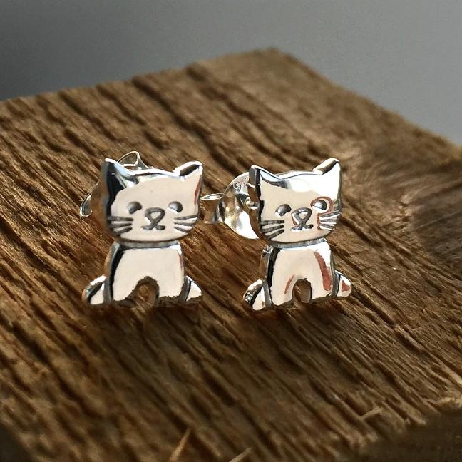 Små supersöta katter i silver - örhängen