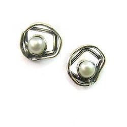 Daphne - Små nätta silverörhängen med sötvattenpärlor