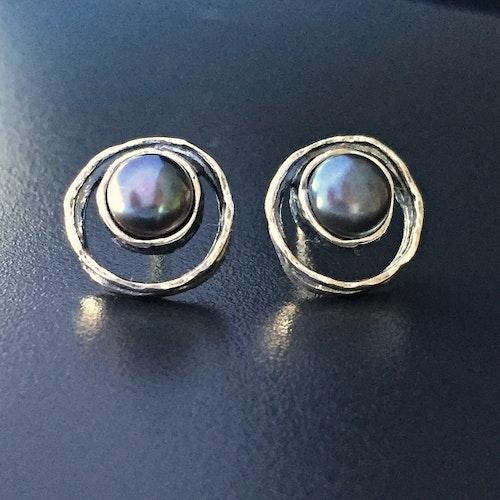 Fanny black - Vackra silverörhängen med peacockpärlor