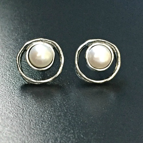 Fanny white - Vackra silverörhängen med vita pärlor