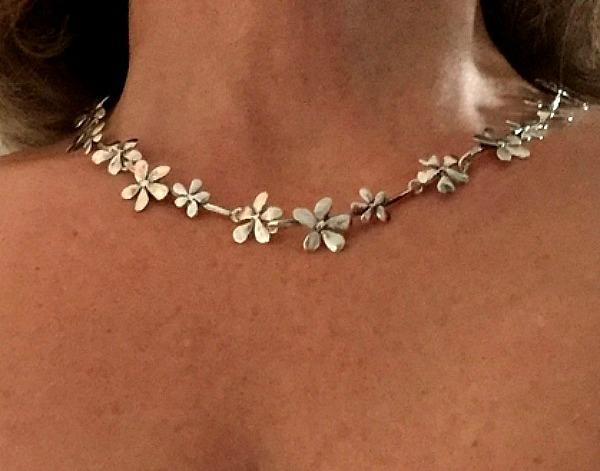 Silver flower - Ljuvligt halsband. ÖRHÄNGEN (149.-) PÅ KÖPET
