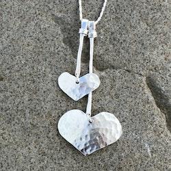 Joline - Snyggt halsband med hamrade hjärtan