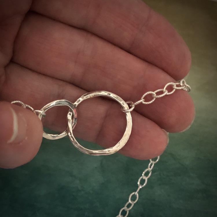 Freja - Halsband med hamrade ringar