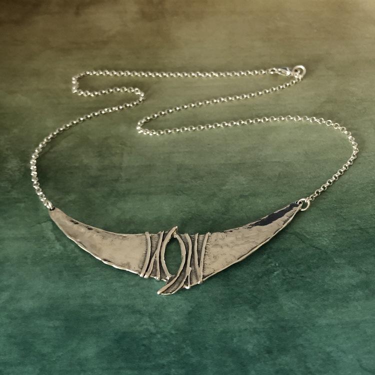 Beatrix - Halsband med rå och elegant touch