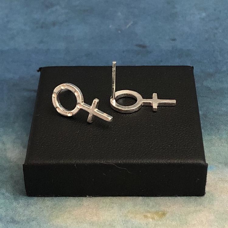 Venus - Stiftörhängen med lite större kvinnosymbol