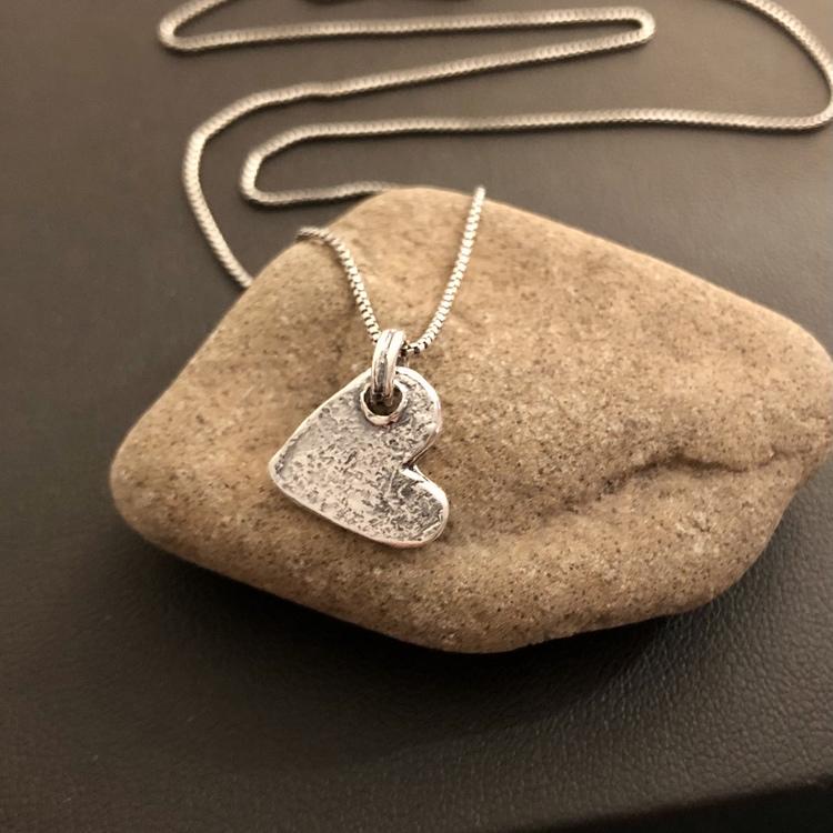Lovisa - Halsband med litet rustikt hjärta