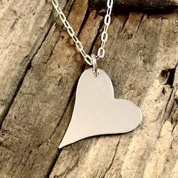 Hilma - Silverhalsband med blankt, snett hjärta