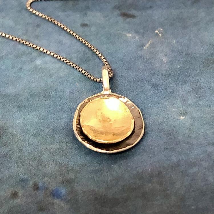 Christa - Snyggt halsband med guldplätering och svartoxid