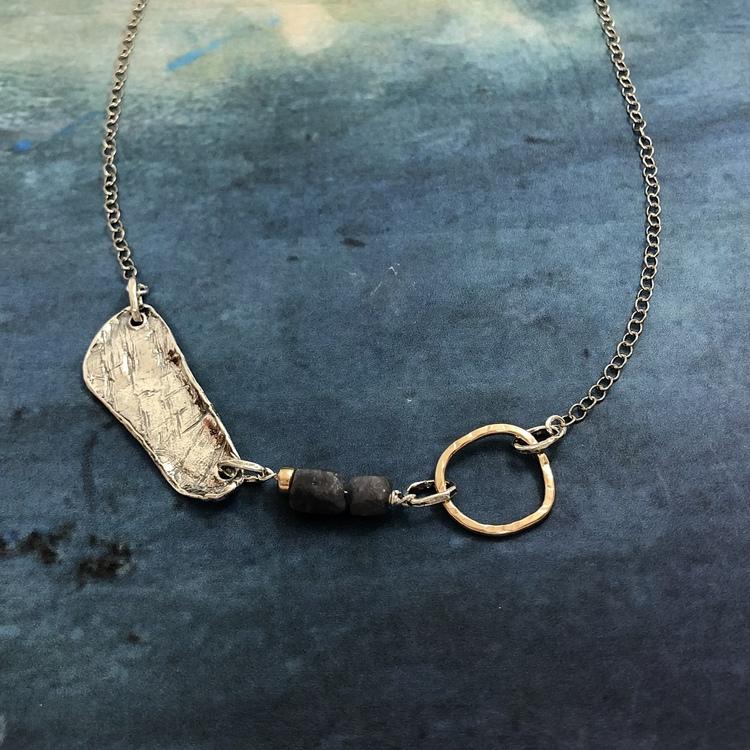 Noomi - Silverhalsband i vacker, rå design