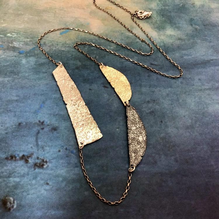 Sadie - Långt silverhalsband i svart, silver och guld
