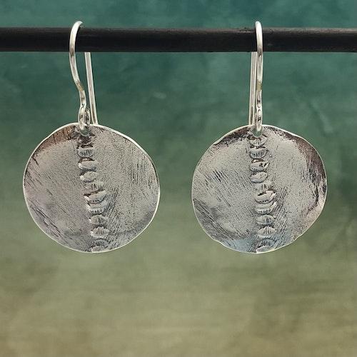 Beata - Silverörhängen med stansat mönster