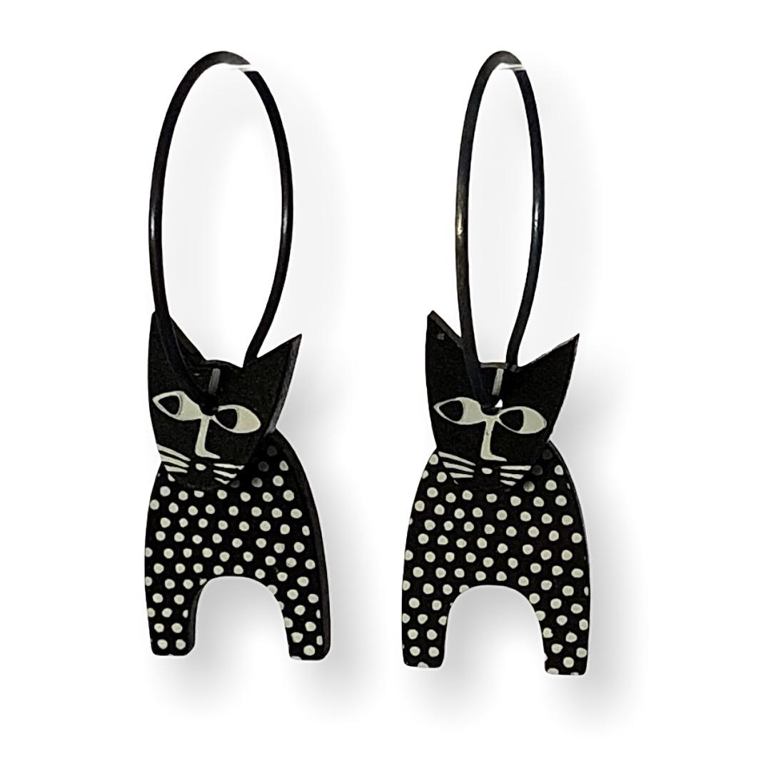 Svarta kattörhängen med vita prickar