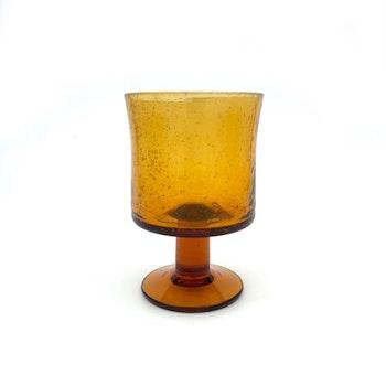 Ölglas på fot, bärnstensfärgad - Erik Höglund, Boda (nagg)