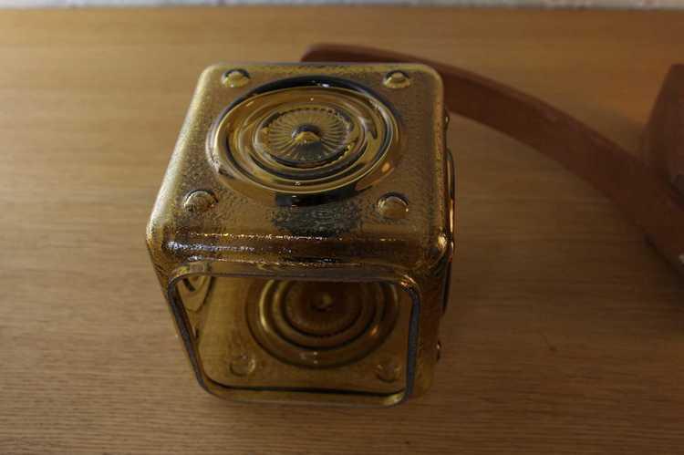 Vägglampa arm i teak med hängande kupa i glas bild på kupa