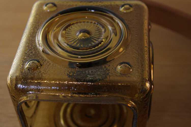 Vägglampa arm i teak med hängande kupa i glas närbild kupa