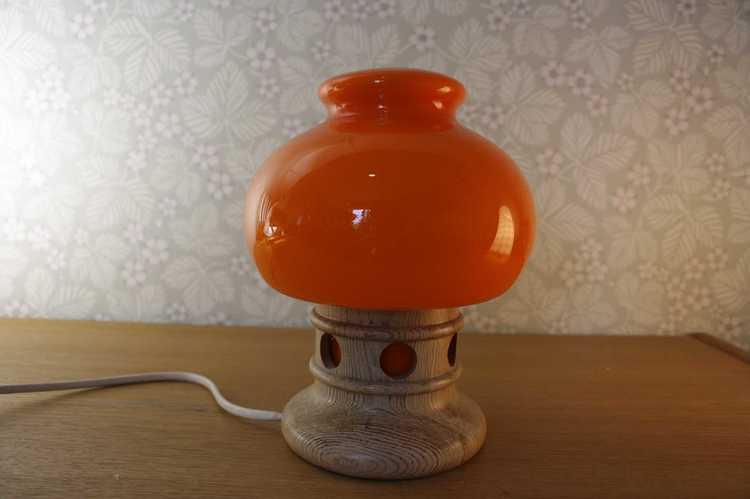 Bordslampa i orange glas och fot i furu släckt