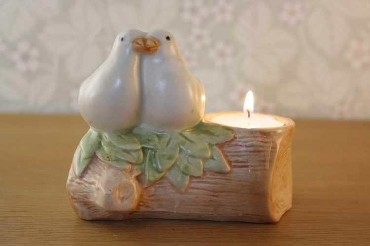 Ljusstake för värmeljus i keramik med två duvor som sitter på en pinne