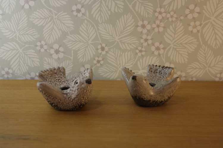 Två stycken ljusstakar föreställandes två duvor i keramik från Norrmans i Motala utan ljus