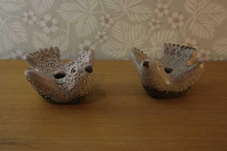 närbild på Två stycken två stycken ljusstakar föreställandes två duvor i keramik från Norrmans i Motala utan ljus