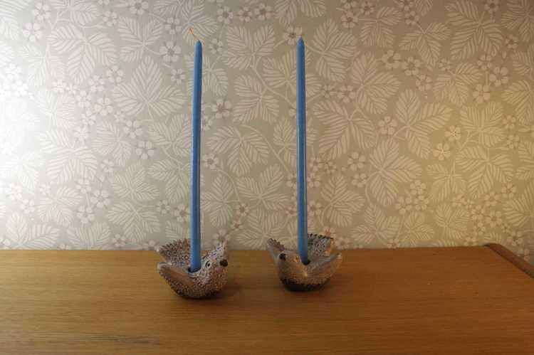 Två stycken ljusstakar föreställandes två duvor i keramik från Norrmans i Motala med två stycke ljusblå ljus