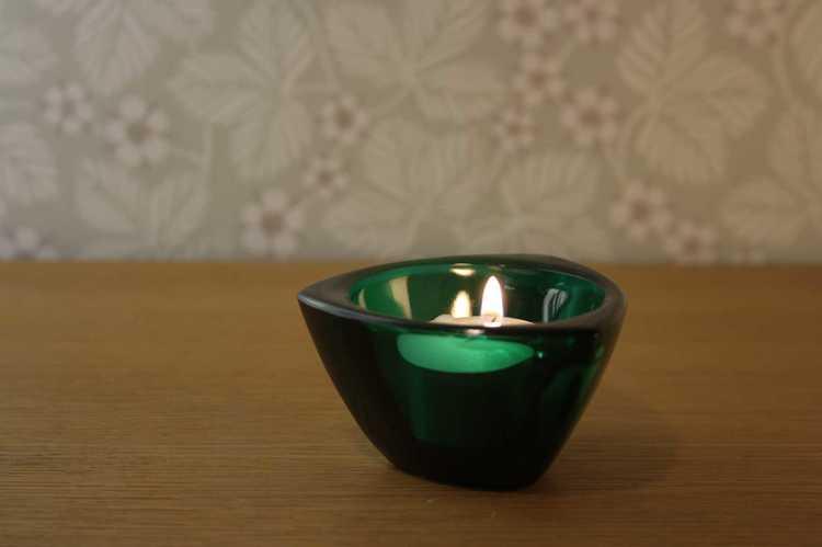 Grön ljusstake värmeljus