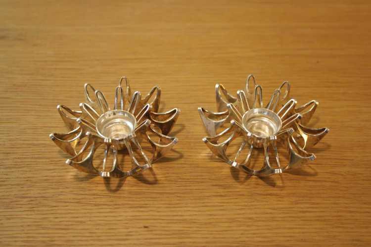 Två små ljusstakar i metall av modell Mema av Theresia Horslev