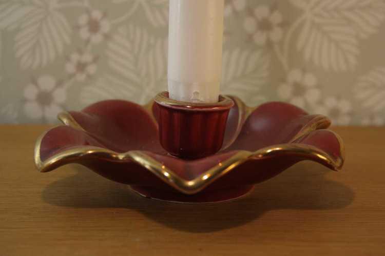 Närbild på ljusstake Röd Rubin av Arthur Percy för Gefle fotad från sidan