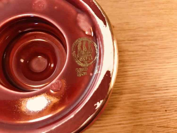 Närbild stämpel på rund vinröd ljusstake, Röd Rubin av Arthur Percy för Gefle