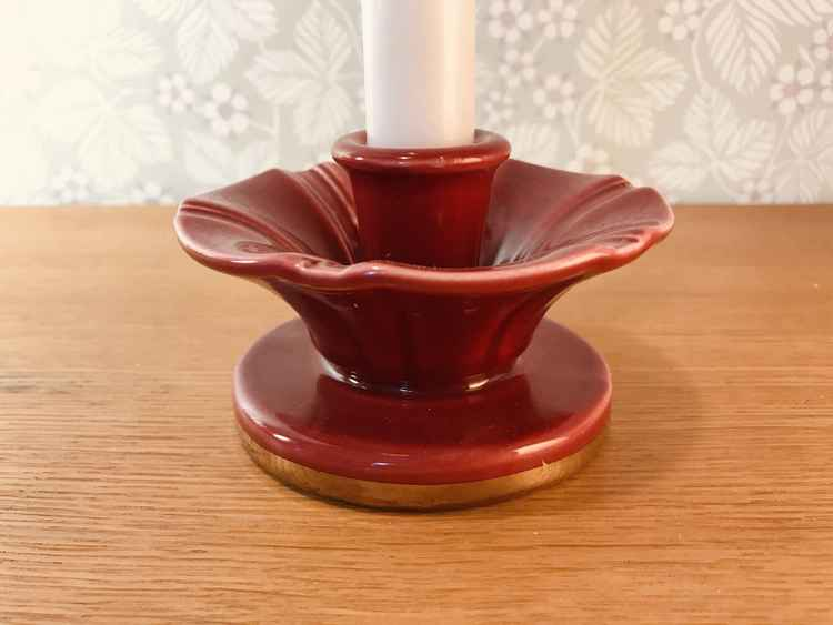 Närbild på rund vinröd ljusstake, Röd Rubin av Arthur Percy för Gefle