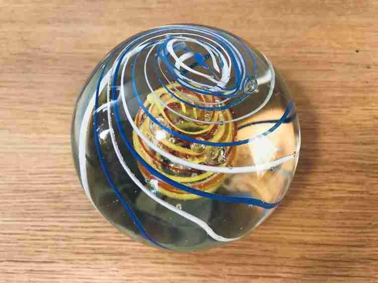 Tung glaskula med mönster