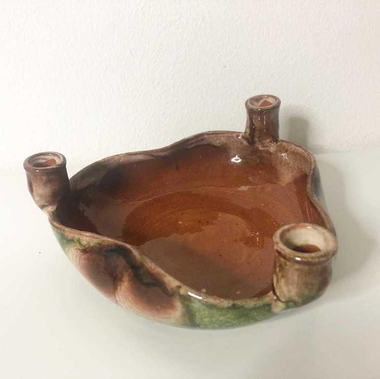 Ljusstake och skål i keramik med plats för 3 ljus tagen snett uppifrån