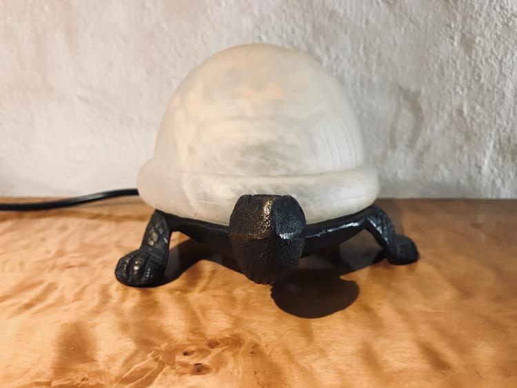 Sköldpaddslampa i järn samt glas framifrån