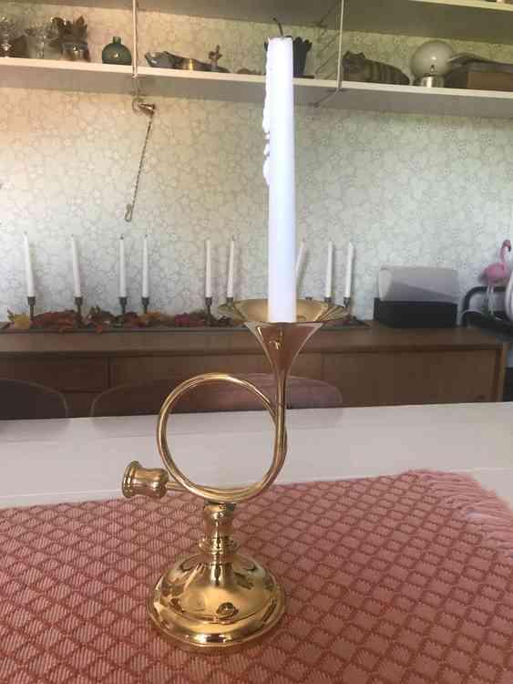 Väggljusstake föreställandes ett posthorn i mässing med vitt kronljus