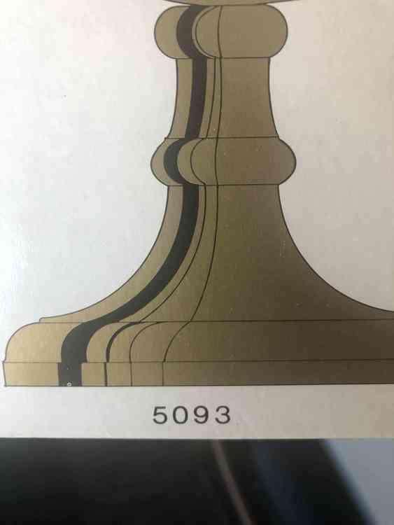 Närbild på originalkartong för Väggljusstake föreställandes ett posthorn i mässing