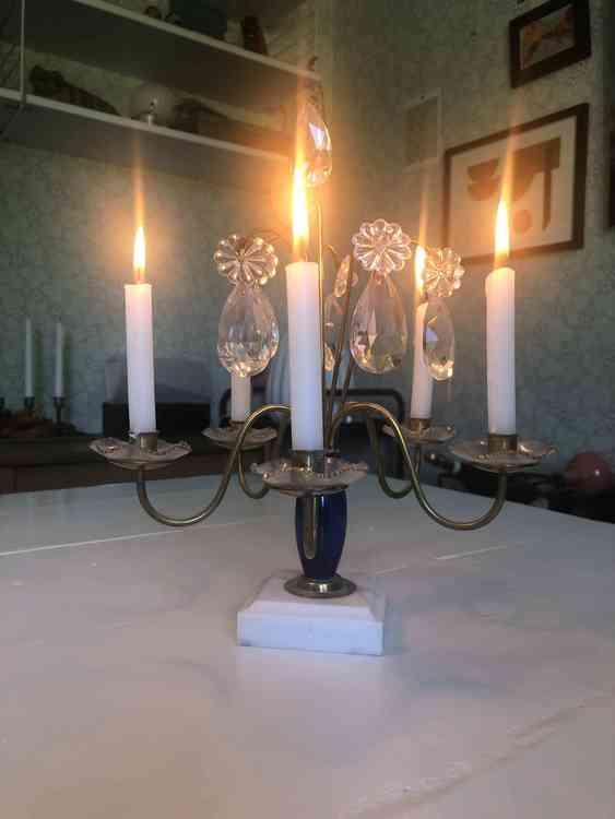 5-armad ljusstake i mässing, blått glas samt fot av marmor med 5 st brinnande kronljus