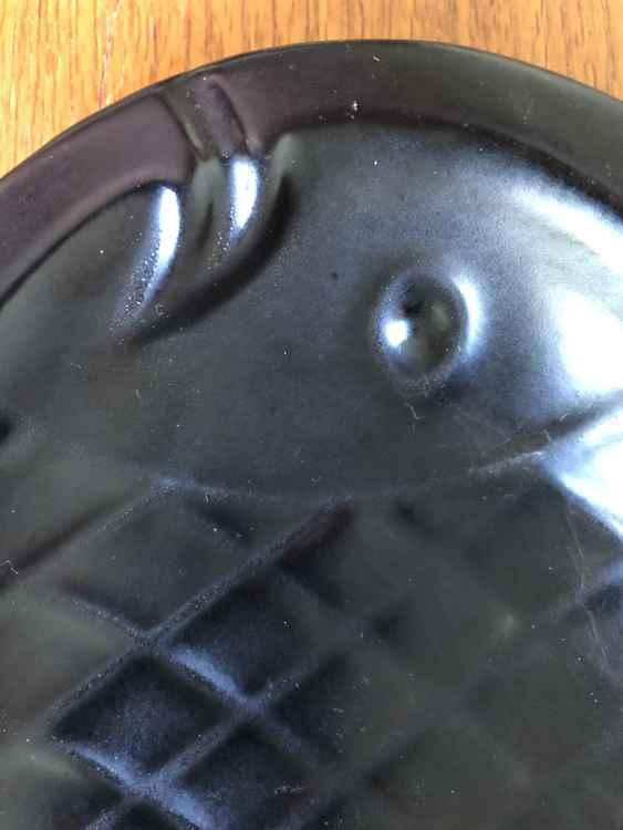 höganäs keramik fiskfat svart närbild
