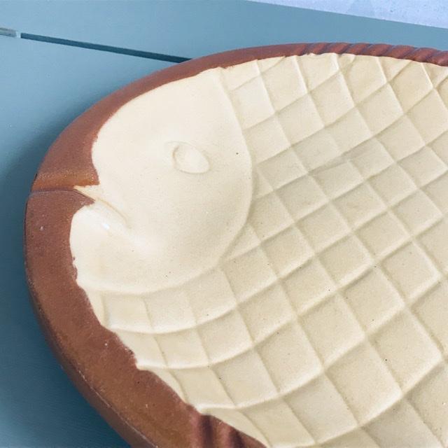 höganäs keramik fiskfat vit brun närbild mönster