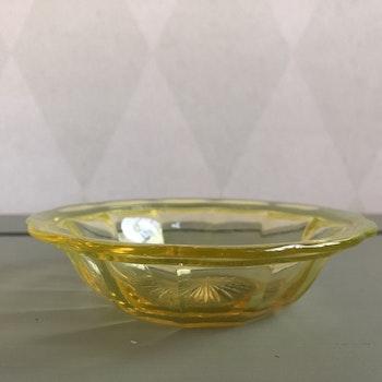 Liten gul glasskål
