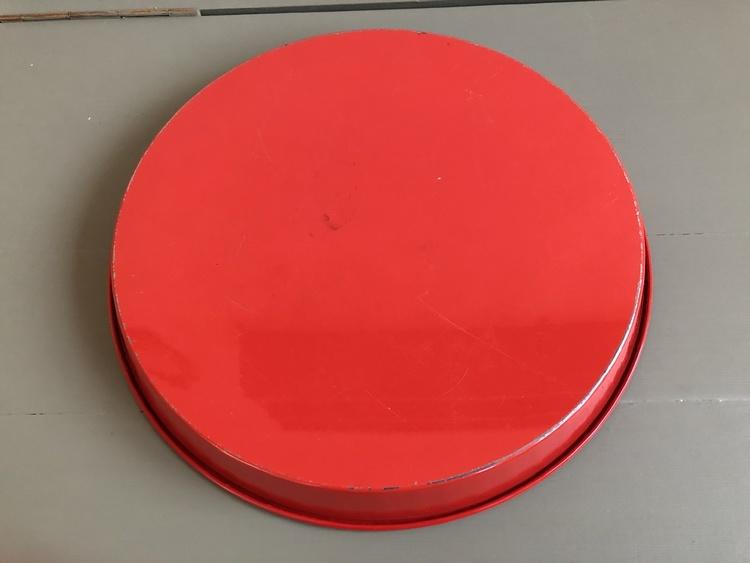 Röd bricka i plåt