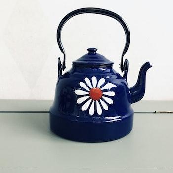 Blå kaffekanna med blommor