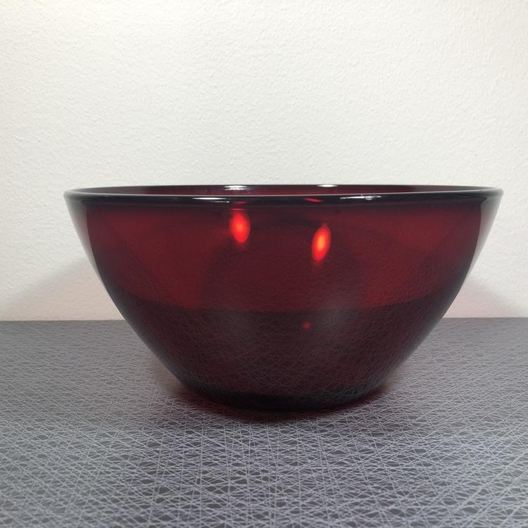 Stor glasskål i rött glas