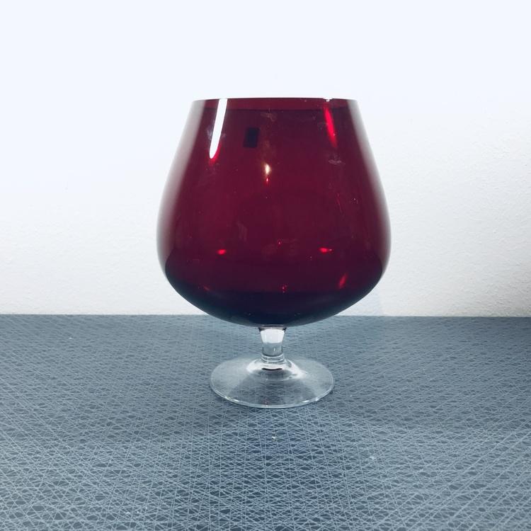 Stort rött glas