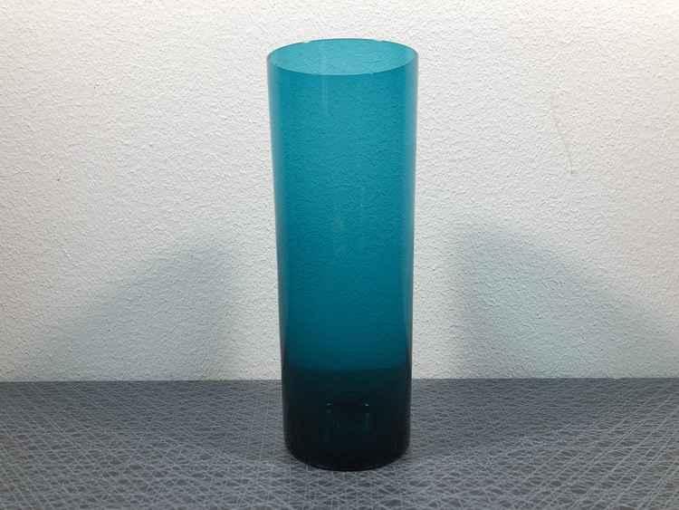 Glasvas petroliumblå